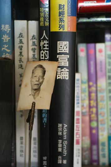 志華的閱讀興趣廣泛,看書是他生活重要部分。他說當年與父親關係緊張,最初正是父親帶他去看精神科,如今老人家去世了,志華只能從相片中追憶。