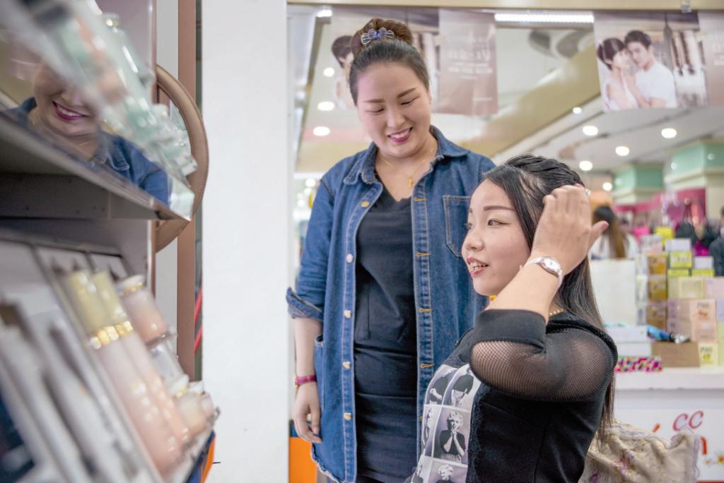 約會之前,去髮飾店做造型,打扮一番。