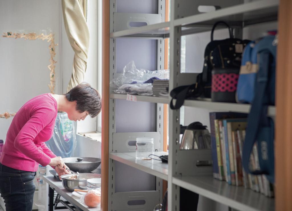 在「綠色薔薇」工作室為來參加活動的女工準備食物