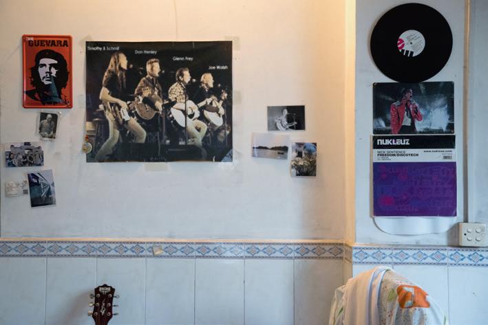 索一熱愛音樂和搖滾,家裏的裝飾可見一斑。