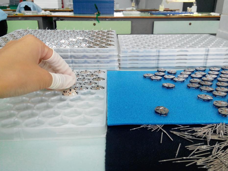 工作場景:插好的靶芯的機芯整齊擺好,等待下一道工序。(圖片為受訪者所拍)