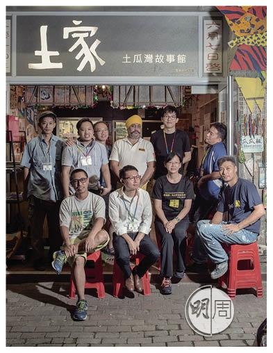 資深社工小田(前排左一)、維修香港義工Sandy(前排右二)與維修隊師傅在「土家」前大合照。