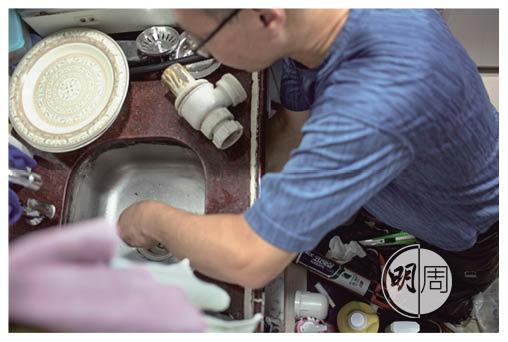 師傅為Asfa修理洗手盆,社區連結就是「你幫我、我幫你」。