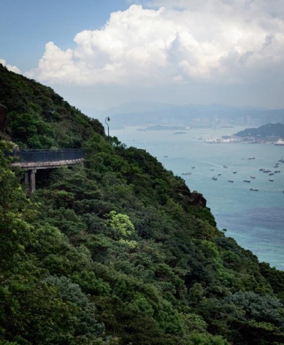 從凌霄閣望向盧吉道,一片綠,一片藍。道路跟青葱山脈、海闊天空渾然天成。