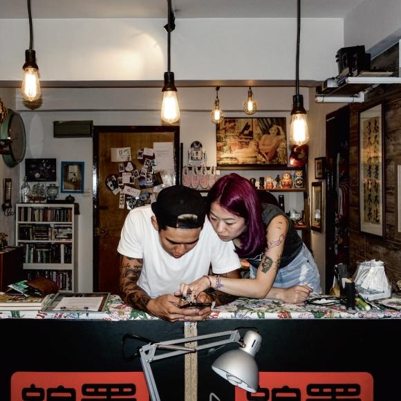 Kelvin和阿珊是一對「紋身鴛鴦」,他們是「墨子」的常客,二人感情很好,日常話題經常圍繞紋身。