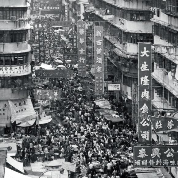 六、七十年代,攤販聚集形成市集,如北河街,一些貨物攤放於地上售賣,或以木頭手推車盛載叫賣,吸引密集人流。(政府新聞處圖片資料室照片)