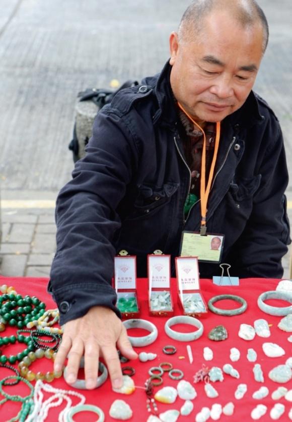 小販每每要「睇天做人」,下雨天,生果易變壞,伍順文便在街頭擺賣玉器貨尾。