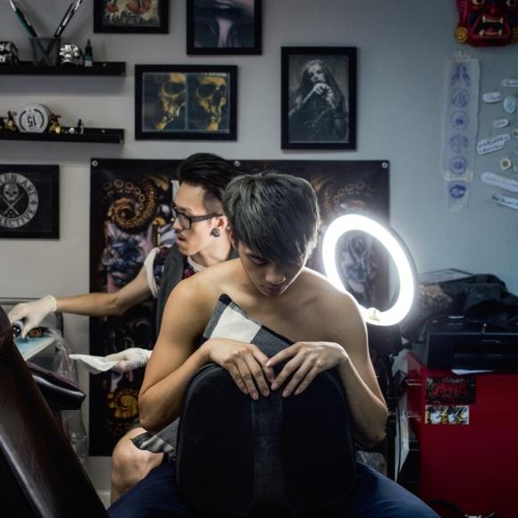 第一次紋身的阿健,抱着一種嚴肅的心態來體驗。