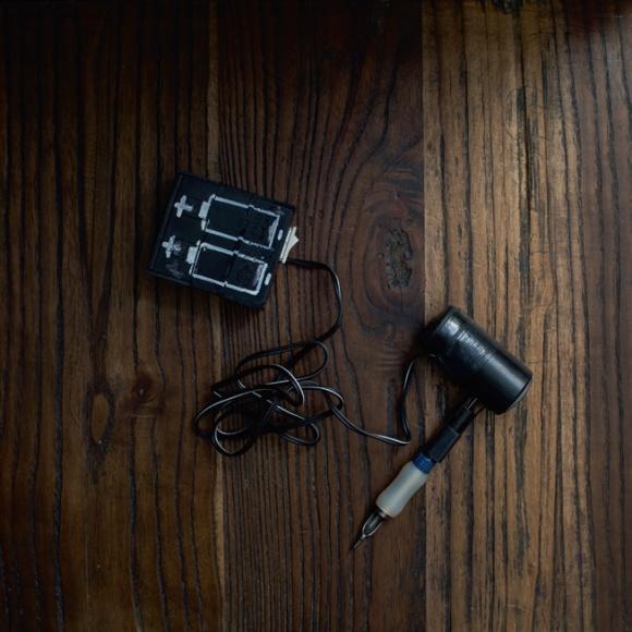 (Gabe收藏的1960-1970年代手造紋身機,用電池和線圈。)