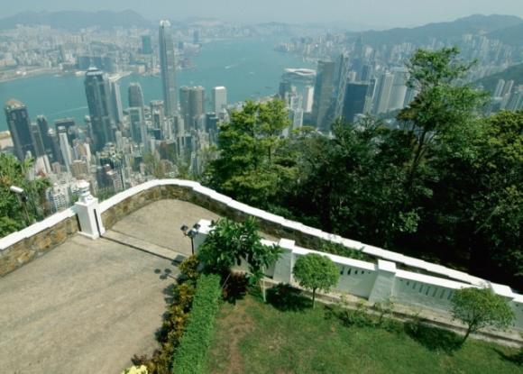 從屋外空地可一覽維港景色。姚醫生說,他當年在這裏看着國際金融中心興建、落成,後來趕上的環球貿易廣場,更高。