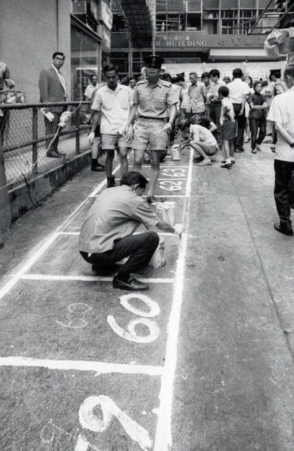 1959年,政府制定小販政策,興建公眾街市之餘,建議設立離街固定小販市場。中環利源街是最早的小販區之一。(政府新聞處圖片資料室照片)