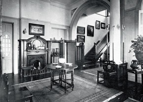 三十年代的盧吉道27號大宅,客廳設有壁爐、英式擺設和家具,精緻細膩,充滿英式典雅氣派。(圖片由香港歷史檔案館提供)