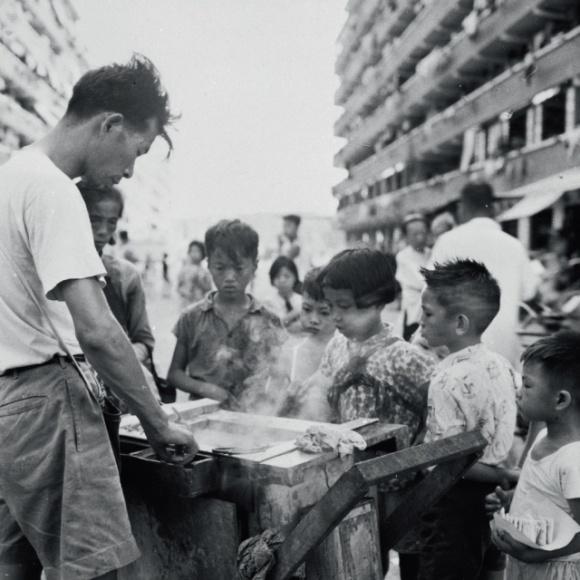 前市政局自1970年起,以熟食檔小販和流動小販容易造成更多環境滋擾和衞生問題,停止發出小販牌照,減少街上小販的數目。(政府新聞處圖片資料室照片)