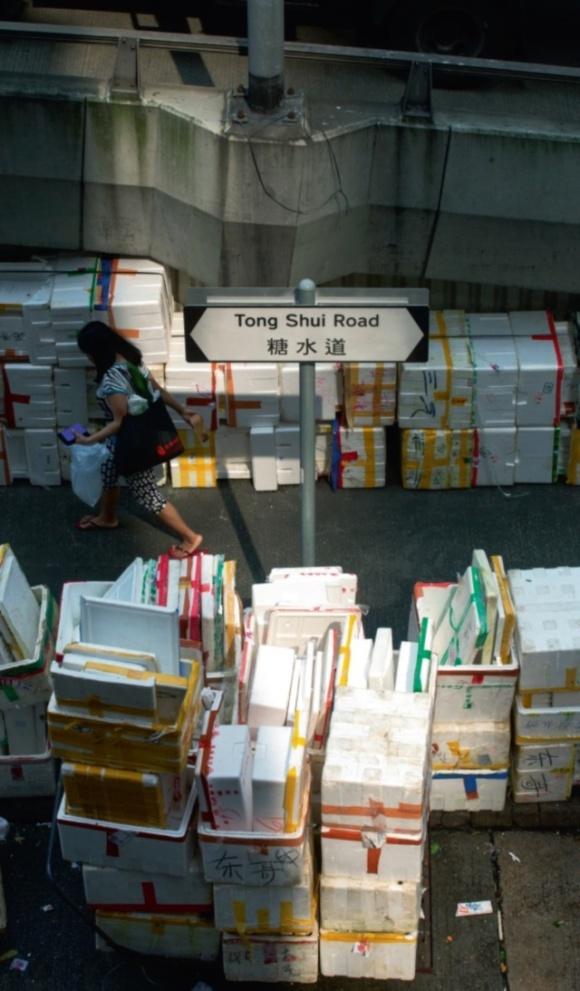 行人路上,經常被佔用擺放大量發泡膠盒,堆疊起有來,有幾分像屏風。