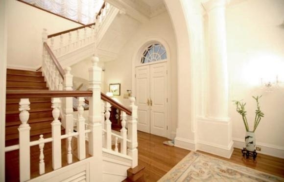 多年來的住客都細心保養大宅,是對歷史建築的尊重。因山頂潮濕,當年姚醫生四出尋找能特別防霉油漆來保養牆身。(圖片由姚吉甫醫生提供)