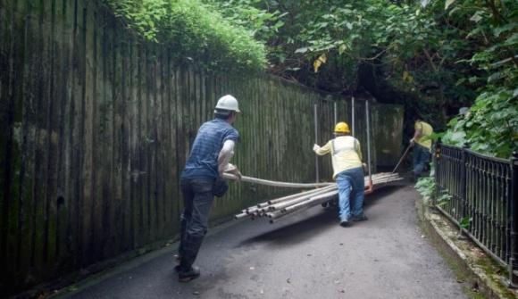 自城規會在上月通過發展商將27號大宅改建成酒店,盧吉道有不少工人在路上運送工程物料。