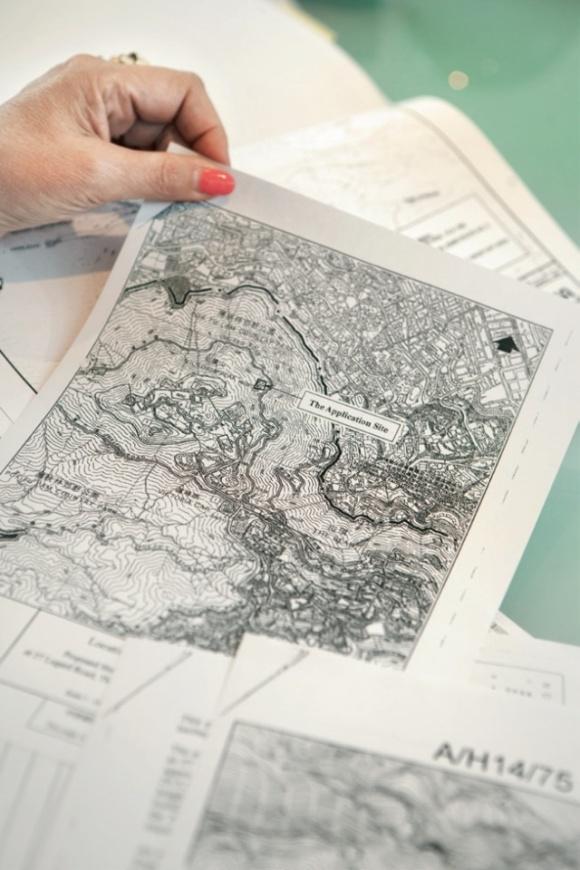 地圖上,等高線較密集的位置是盧吉道,代表這位置山勢陡峭,兩位建築師指,這一帶不宜作高密度發展,更不應將土地改為商業用途。