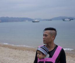 陳松文32年前上了爸爸偷來的木船偷渡來港,幾十年,一眨眼過去,香港回歸,越南改革開放,他眼中的香港與家鄉都變了樣。今日他只想與女兒一起重返越南,把一切安頓,不再漂泊。