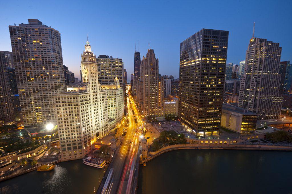 芝加哥市中心被高聳大樓包圍,圖中央的鐘樓建築乃1924年建成的綠箭香口膠生產商Wrigley總部大樓。