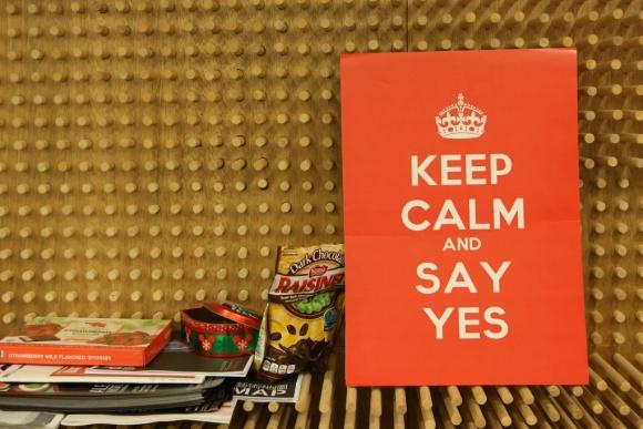 工作室牆上的擺設,渲染樂觀態度。