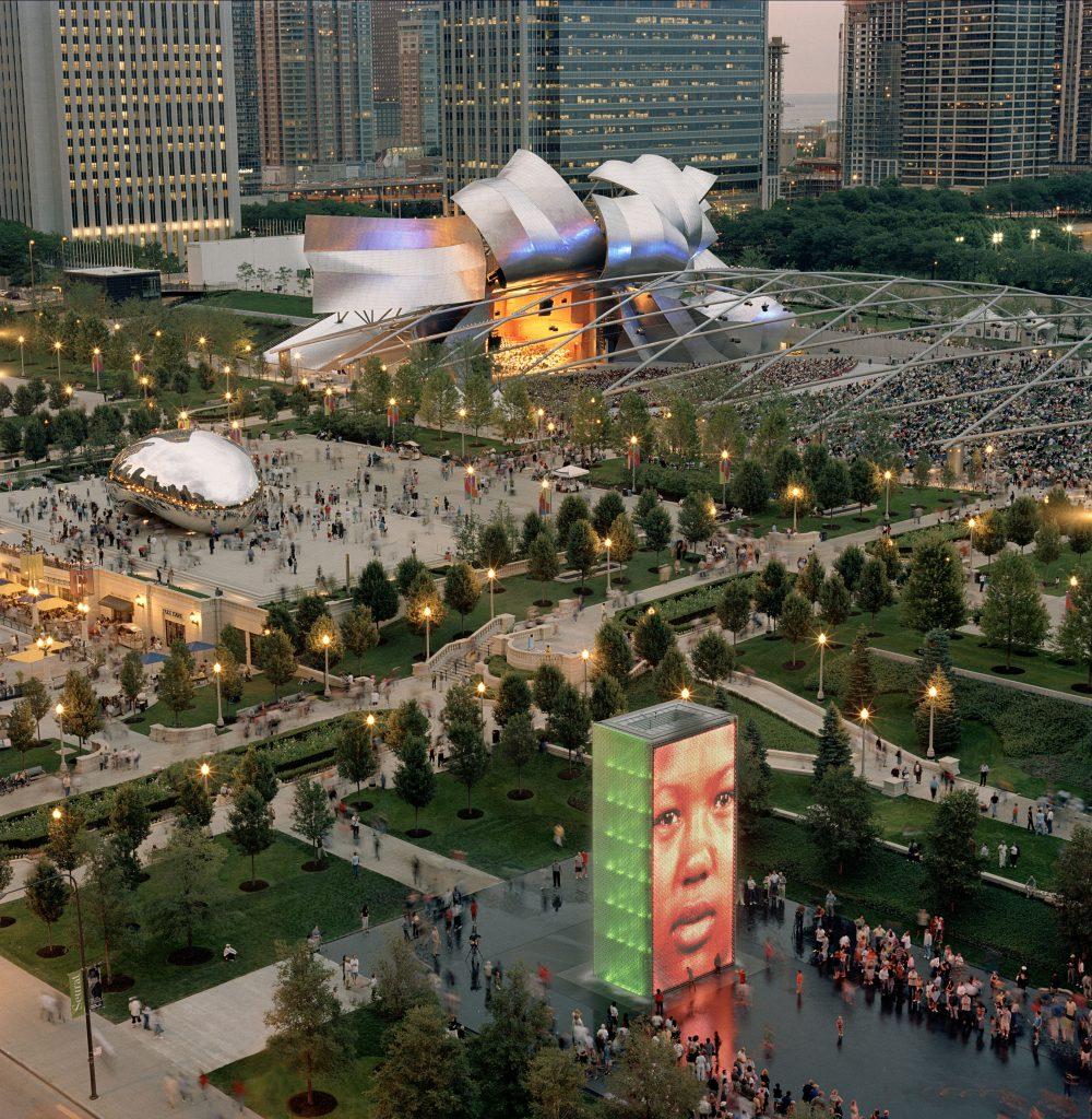 右上方Jay Pritzker露天音樂廳前方利用鐵枝構建橢圓形空間,舞台則用不銹鋼板構成,成為千禧公園建築主體。