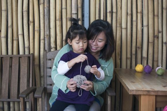 黃太太十分認同身教的重要,大女兒懂得細心教導妹妹在倒瀉牛奶後用毛巾清潔地方。「這是她從老師身上學到的處理手法。