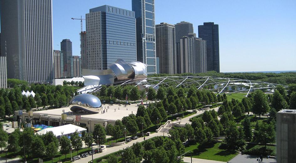 俗稱「the Bean」的雲門雕塑,由168塊不鏽鋼板接焊而成,遊客可以看到被反射和扭曲的城市輪廓。