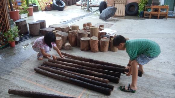 學生上木工課時搭建的攀爬木架和搖搖板,已經成為同學日常玩樂的設施。