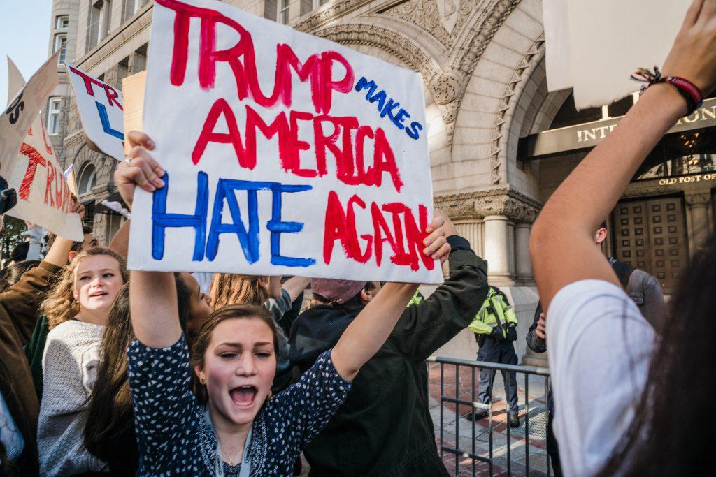 特朗普宣布當選後,憤怒的選民在街頭抗議。(圖片來自法新社)