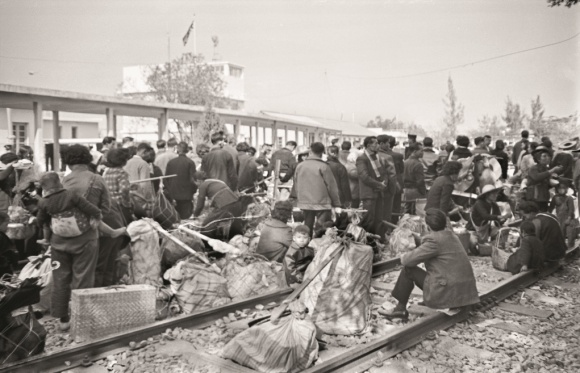 攝於1963年羅湖,火車軌上 的一羣羣人,來回邊界之間。(政府新聞處圖片)