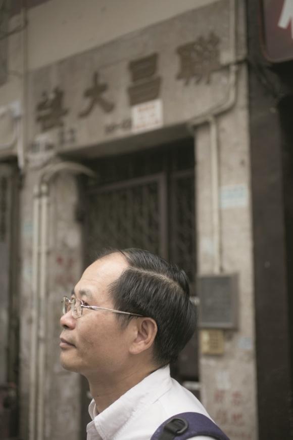 重遊父親舊居聯昌大樓,勾起陳雲的童年回憶。