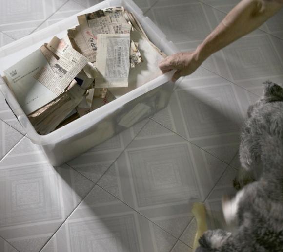 同志到老年,與兩三隻狗、一箱記憶過日子,拖出來,滿滿盛載過去的重量。