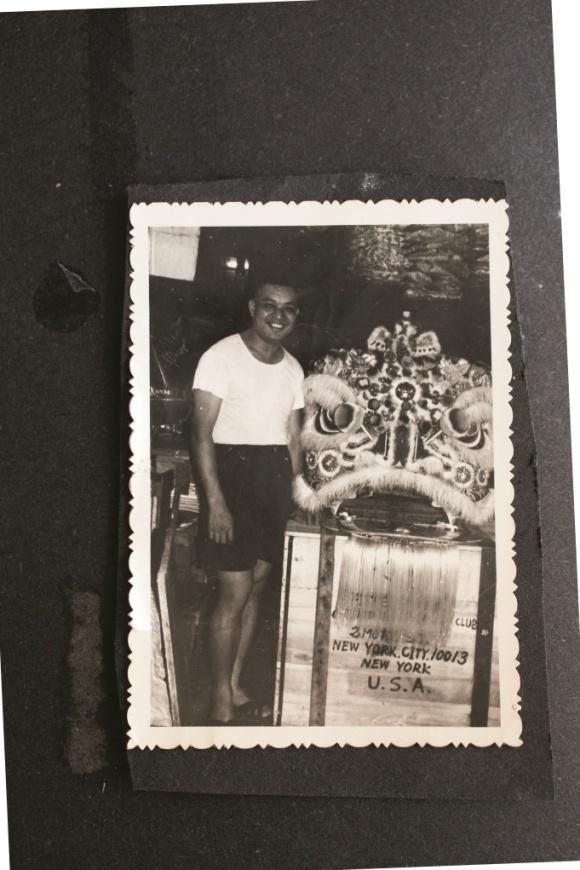 五六十年代紙紮是港產出口貨,乾伯正與即將運至紐約的獅頭合照。