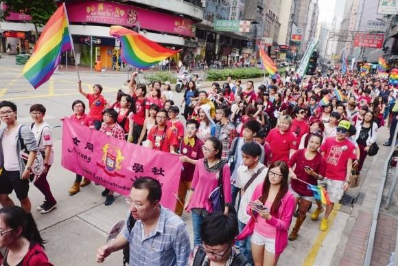 「女同學社」旗幟鮮明,走在同志遊行間,大眾看不見不出櫃的人羣。