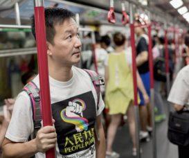 搖搖晃晃的地鐵車廂打着日常的節奏,他和我們一樣,都是普通人。