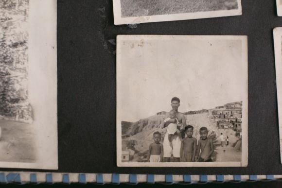 攝於紅磡山谷村,當時年約三十歲的梁父一手抱着梁紀昌。