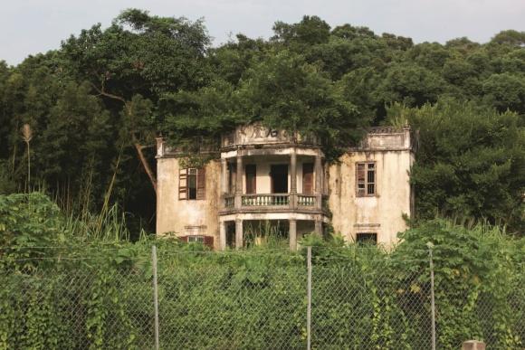 位於崇謙堂後的謎樣古老宅邸,據說是廣東軍閥政府倒台後,國民黨軍官捲款潛逃來港所建。