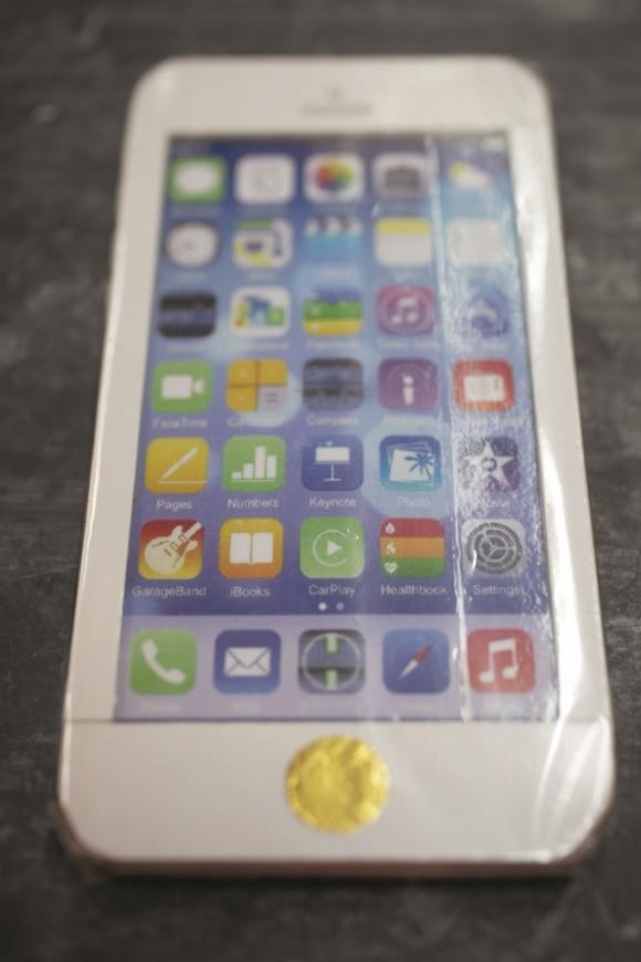 紙紮iPhone,掂量比真 iPhone稍輕,卻能感受到竹篾的實在感。