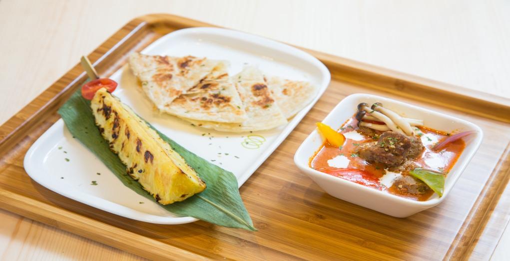 紅咖哩植物牛肉選用泰國藍象咖哩,配上串燒菠蘿和煎餅,惹味開胃。($108)