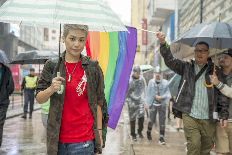 拍攝時,一對男同志特意為我們舉起彩虹旗,成為最好的背景。