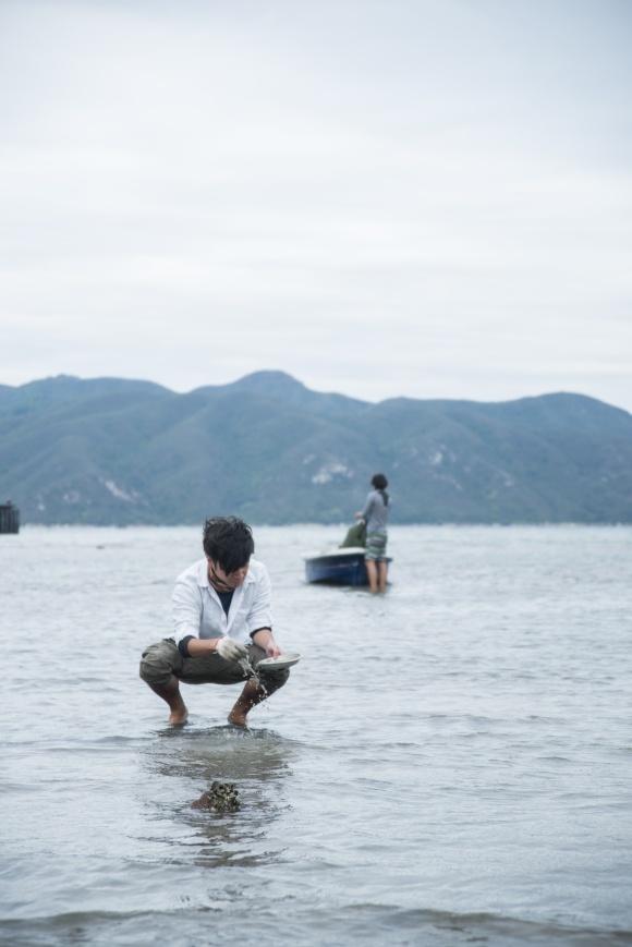 大冷天蹲下來淘蜆,攪起一池水,摸到一隻,便接二連三,好不快活。