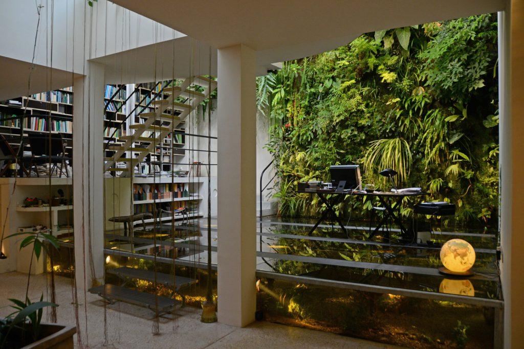 在Patrick Blanc的私人垂直花園,各種植物和書櫃、樓梯、工作枱融為一體。