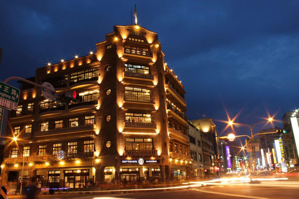樓高六層的林百貨,是當時台南最高的建築物,還引入了全台首部商用載人電梯等先進設施,風頭一時無兩,是台灣邁入現代化生活的象徵。