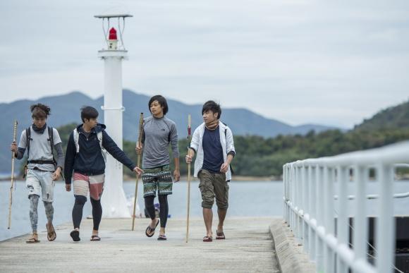 四人撐着自製的「九原竹竿」