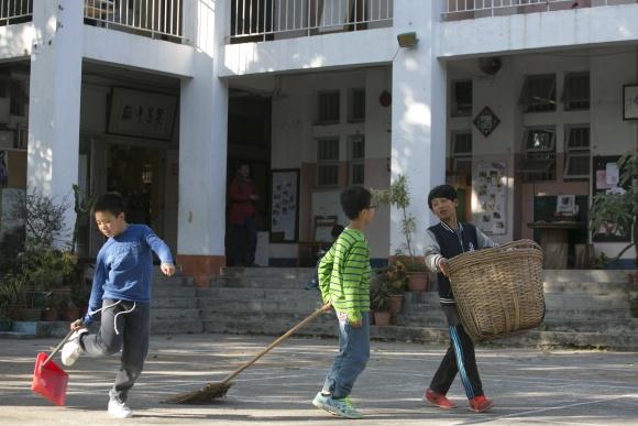 勞動課的學生正在掃除校園落葉,四十五分鐘後已經裝滿一籮匡。