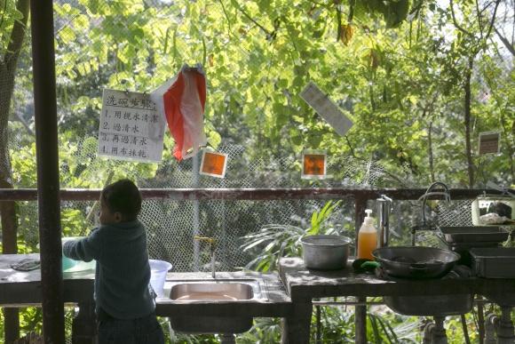 飯堂外設有「水修行區」,洗菜水會用作淋花,另設有果皮桶、果核桶,回收菜頭菜尾做廚餘。同學也要自行清洗碗筷。