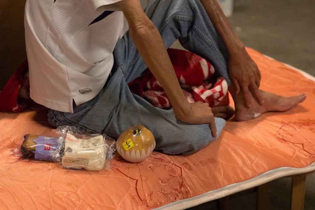阿魚見過有露宿者因處理傷口不當,甚至腳踝傷口長出蟲來,也不懂去求診,故他探訪時會替他們洗傷口。