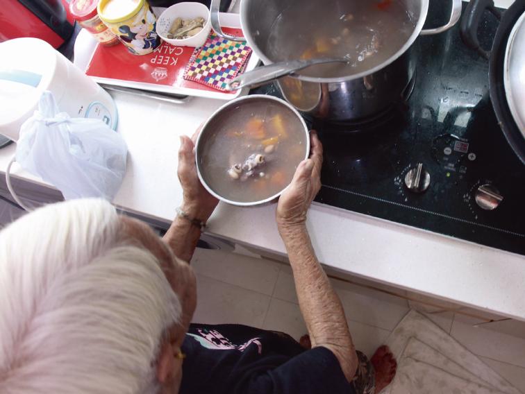 高伯去年過身後,高婆婆依然煲雞腳湯給子女。雞腳是她的喜好,木瓜是她的心血。