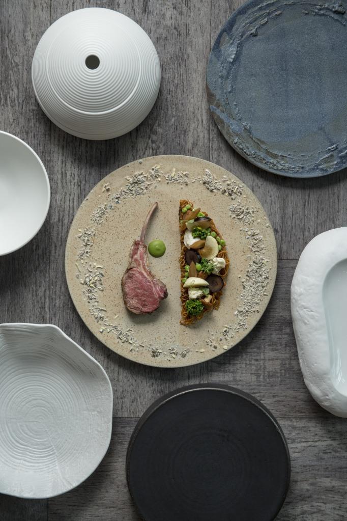 從碟具可看出主廚的率性隨意:傳統高雅、原始、誇張、樹紋……不拘一格,每款只購入一至兩隻。