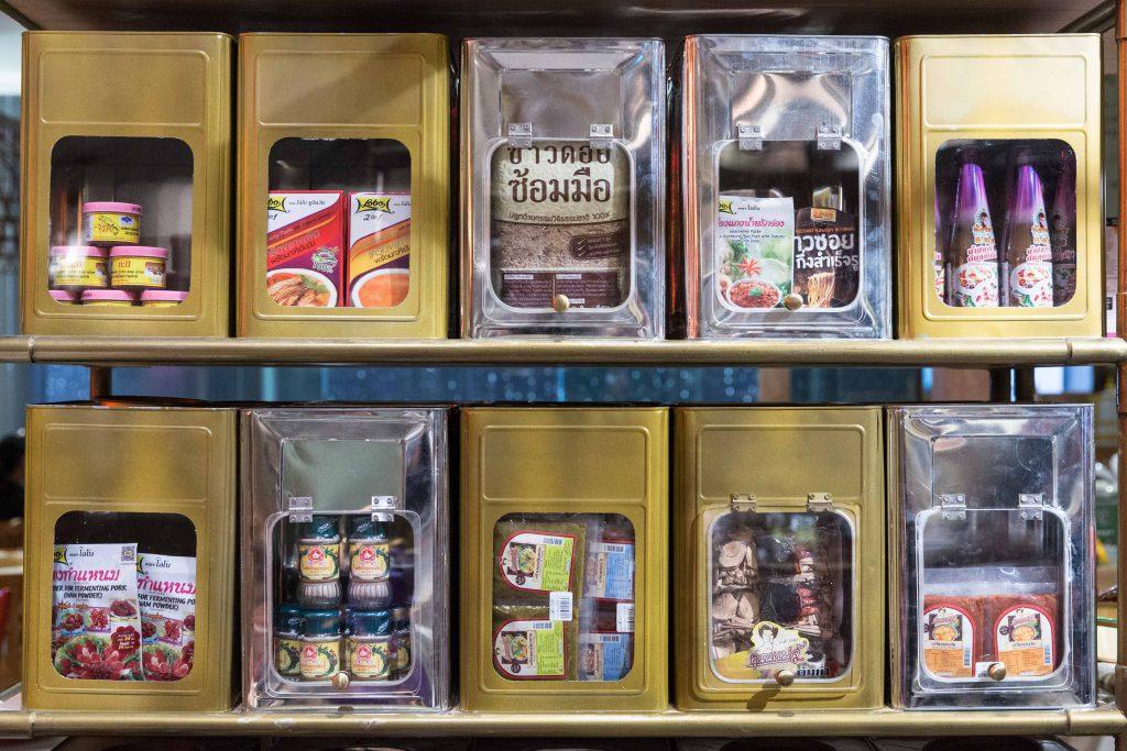 雜貨店有不同地區的特色產品,包括蝦醬和咖喱醬,還有各種香米。